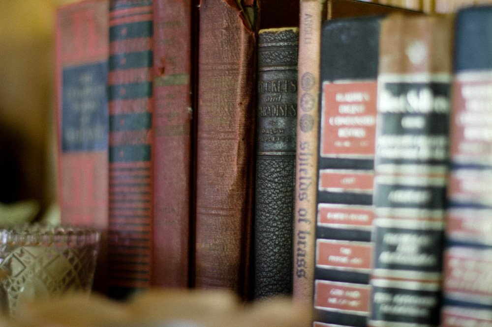 public-domain-images-free-stock-photos-old-books-vintage-brown-red-1-1000x666 - Kopie