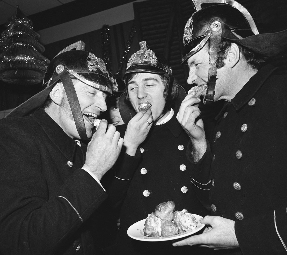 Firefighters eat fritters, 1973 © flickr mucbook