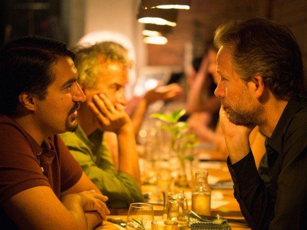 Mucbook: Rückblick auf das 1. Erzaehl-Mahl in München, zwei Männer sitzen sich gegenüber und unterhalten sich