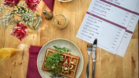 Popup Cafe Die Intoerlante Isi, Tisch mit Tellern und Essen