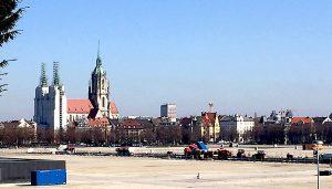 Blick von der Bavaria: Noch erscheint das geplante Hochhaus nicht zwischen den Türmen der Paulskirche.   Fotos: Wolfgang Czisch