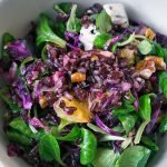 Winterlicher Rotkohlsalat mit schwarzem Reis