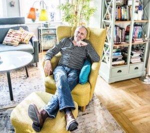 Adler_Olsen_yellow chair_2 Kopie