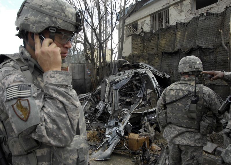 US-Soldaten an einem Autowrack in der Stadt Kabul. Am 17. Januar explodierte eine Autobombe nahe der deutschen Botschaft und tötete Zivilisten sowie internationale Streitkräfte. Credit: Resolute Support Media