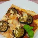 Pizza mit Aubergine, Zwiebeln und geräuchertem Ricotta