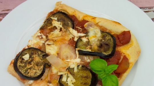 Pizza-mit-Aubergine-und-geraeuchertem-Ricotta-2