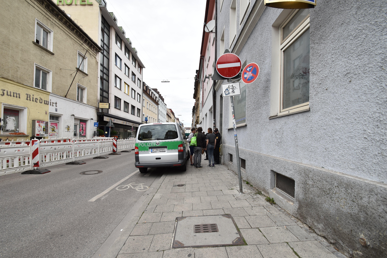 Polizei vor dem Schnitzelhaus