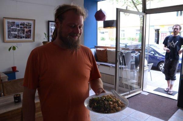 Benjamin präsentiert eines der wechselnden Mittagsgerichte: Die Cowgirl-Pfanne
