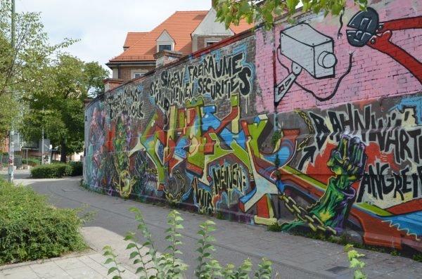 Das ganze Graffiti an der Wand des Viehhofs
