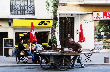 Straßencafé und Straßenverkäufer in Cihangir, dem Hipsterort Istanbul