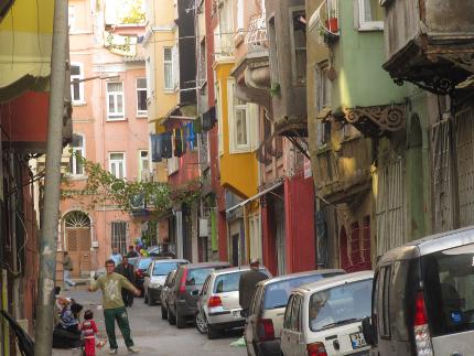 """Tarlabasi - Eigentlich ein so genanntes """"Problemviertel"""", durch art.homes aber temporärer Kunsthort"""