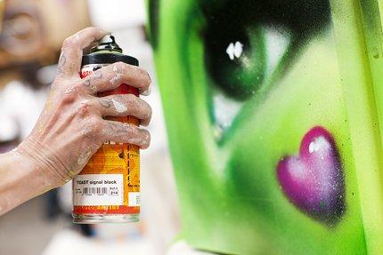 Red Bull Kühlschrank Laut : Red bull curates kühlschrank kunst mucbook