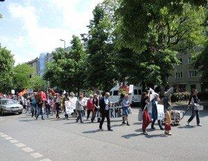 Der Protestzug der Mieter ist eine tierische Mischung vom Miethai bis zum Fischstäbchen. An seiner Spitze mit dabei: Emilie Orthen, Vorsitzende der Mietergemeinschaft Pariserstraße 32.