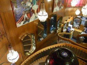 Durch den Speisesaal eines Restaurants, am Tabakkiosk in einem kleinen Flur vorbei, die nostalgische Wendeltreppe nach oben ins Heppel&Ettlich...