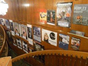 Der Treppenaufgang zum Bühnenraum ist mit den Plakaten zu kommenden Darbietungen gepflastert: Kleinkunst & Kabarett.