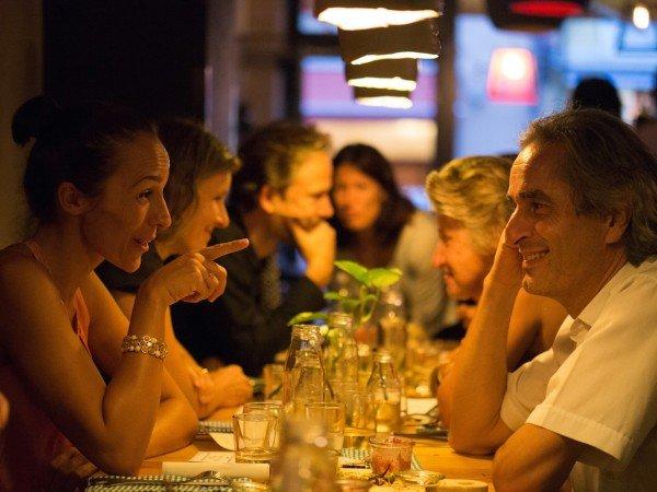 Mucbook: Rückblick Erzähl-Mahl München, Mann und Frau sitzen sich gegenüber
