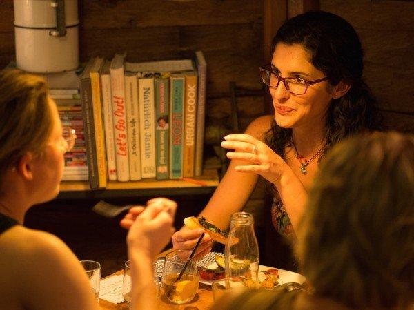 Mucbook: Rückblick auf das 1. Erzähl-Mahl in München, Frau am Tisch