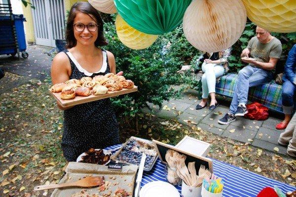 Mucbook: Rückblick Restaurant Day 16.8., Gastgeberin mit Blech mit Zimtschnecken