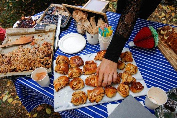 Mucbook: Rückblick Restaurant Day 16.8., Hand greift nach Zimtschnecke
