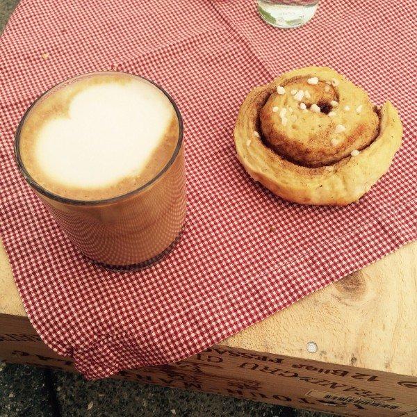 Mucbook: Rückblick Restaurant Day 16.8., Glas Kaffee mit Zimtschnecke