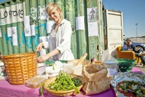 Mucbook: Frau hinter Tisch mit Essen