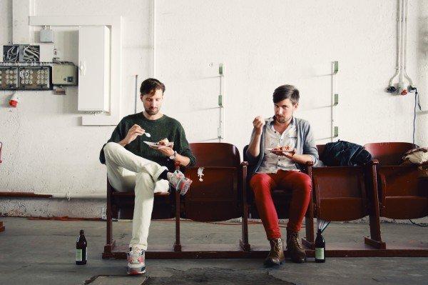 Mucbook: Rückblick Restaurant Day 16.8., zwei Jungs essen Kuchen