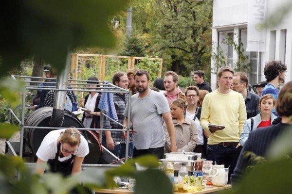 Mucbook: Rückblick Restaurant Day 16.8., Menschenschlange vor Smoker