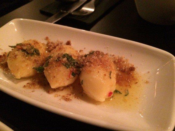 Gnocci in pikanter Salbenbutter und karamellisierten Pecannüssen