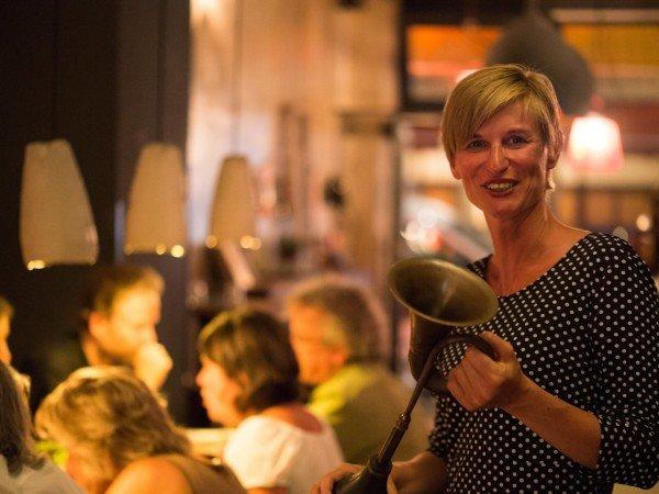Mucbook: Rückblick auf das 1. Erzähl-Mahl in München, Gründerin Katrin mit Hupe
