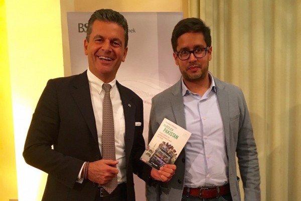 Rechts der Autor, links der Generalkonsulat der Islamischen Republik Pakistan, Dr. Pantelis Christian Poetis