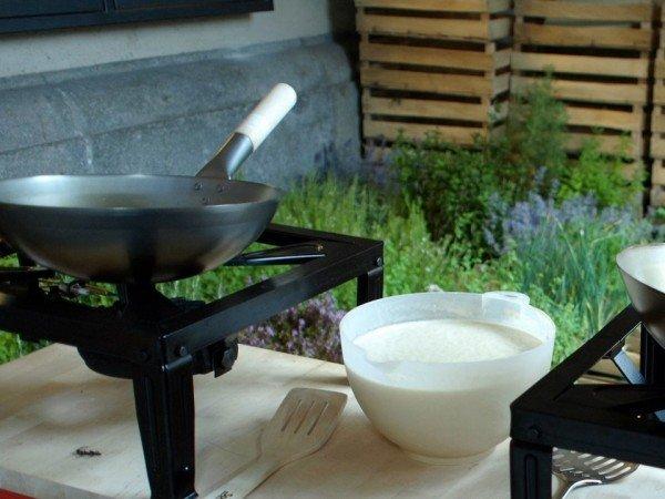 Mucbook - Gemeinsam kochen in der Laborkueche im Kreativquartier. Gaskocher mit Pfanne und Schüssel