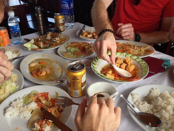 Studentendinner am 3.12. in München. Tisch mit Tellern und asiatischem Essen