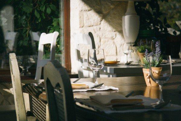Mucbook: Supperclub Tischlein Deck Dich am 7.11. in München. Tisch mit zwei Gedecken und weißen Stühlen