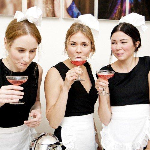 RestaurantDay am 21.11. Fotocredit Kimmo Lind. Drei Mädels in Servierdresses mit Cocktails in der Hand