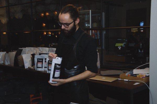 Mucbook: Cupping im Münchner Mahlefitz. Cuppa Sebastian mit Rohkaffee in der Hand