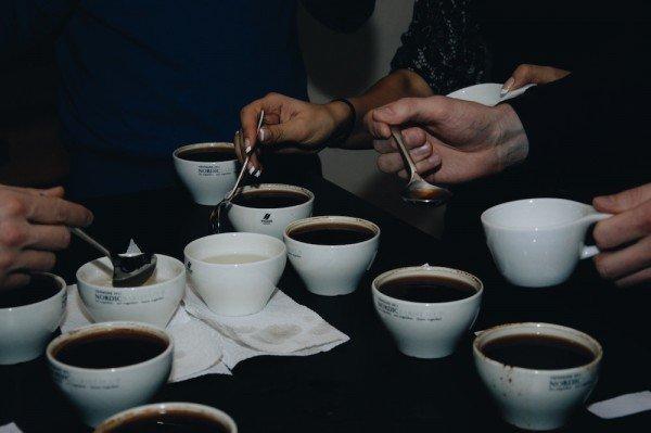 Mucbook: Kaffee Tasting im Münchner Mahlefitz, mehrere Tassen Kaffe