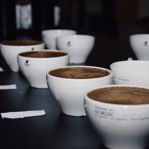 Mucbook: Cupping, Kaffee Tasting im Münchner Mahlefitz. Mehrere Tassen Kaffee