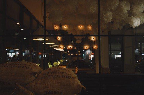 Mucbook: Kaffee Tasting im Mahlefitz. Säcke mit Rohkaffee