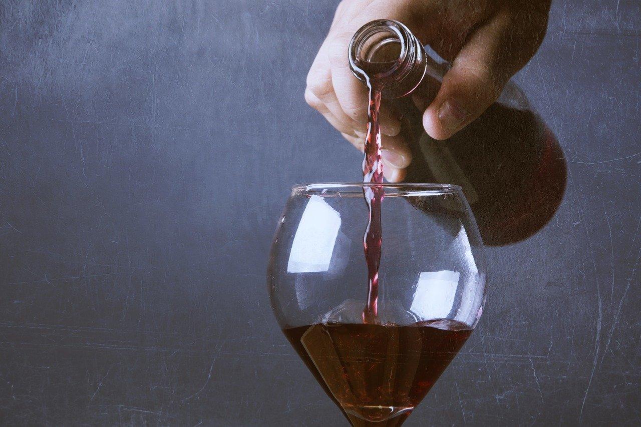 Italienische Weine im Pop Up Store Vini e Cibi am 17.12. in München verkosten. Glas Rotwein mit Flasche