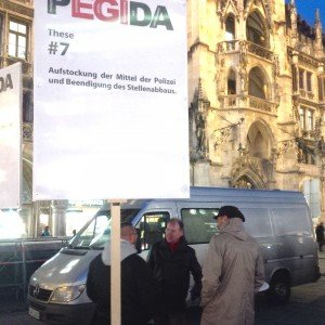 2_Richter mit Pegida vor dem Rathaus am 12_01_2016_foto Marco Eisenack