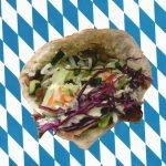 Ein bisschen Berlin wären wir halt doch gerne: Ein Kebap-Laden feiert Neueröffnung und alle rasten aus