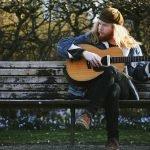 Musik, die dich nach einem Vagabundenleben sehnen lässt: Stu Larsen live im Strom