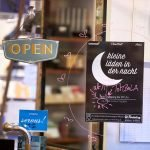Kleine Läden in der Nacht