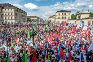 Demonstranten bei der noPAG-Demo am Odeonsplatz in München