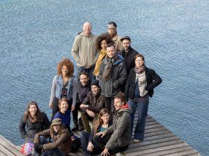 Menschengruppe auf einem Bootsteg