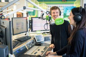 2 Radiomoderatoren von egoFM im Radiostudio