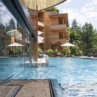 Bernsteinfarbenes Licht: ein Urlaub im Holzhotel Waldklause im Ötztal