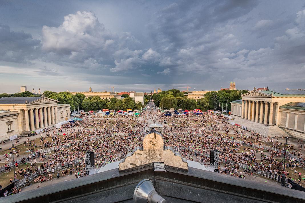 Blick über den Koenigsplatz beim Oben Ohne Openair, Menschenmenge und Gebaeude