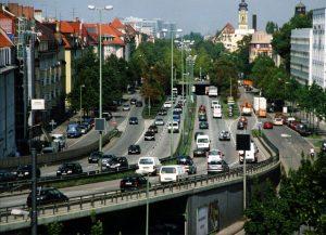 Ausblick: Hinab in den Verkehr. Idyllisches Wohnen stellt man sich anders vor. Foto: Jürgen Bankamp