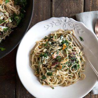 Sommerliche Spaghetti mit Feigen, Walnüssen und Ziegenkäse